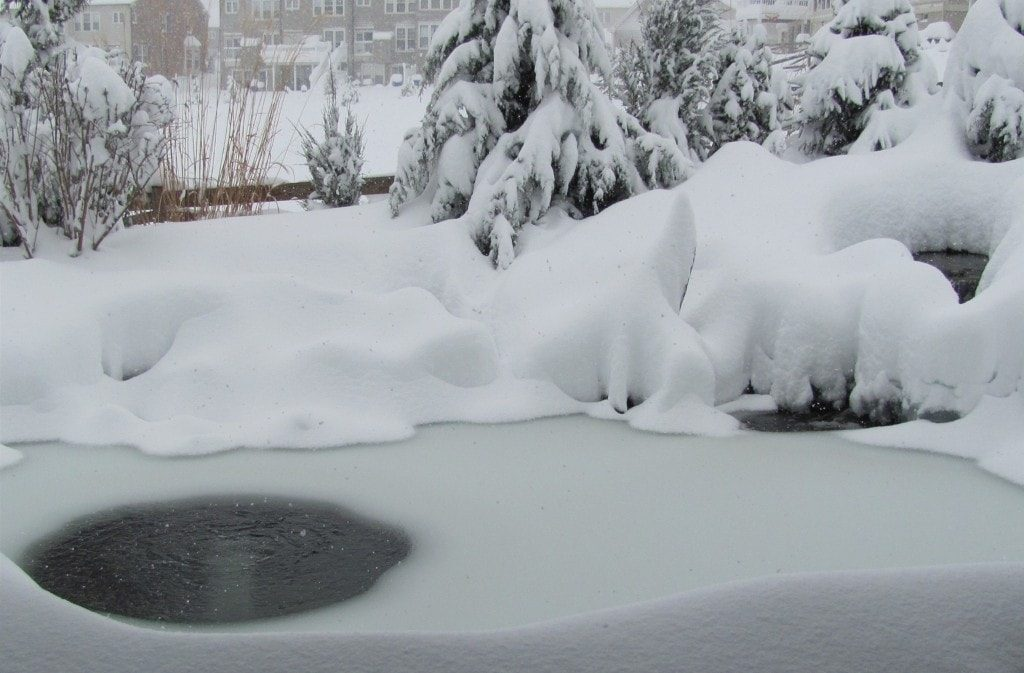 Winter-pond-with-aeration-and-ice-hole