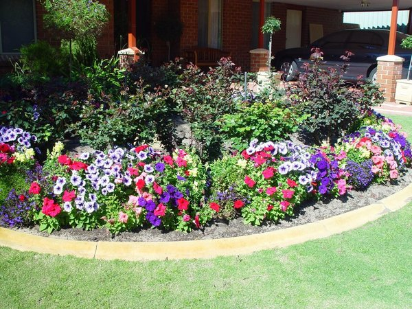 Beautiful garden outside of a home in Nashville Tennessee